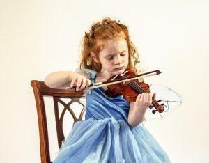 Niña tocando el violin