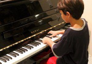 Foto de niño tocando el piano